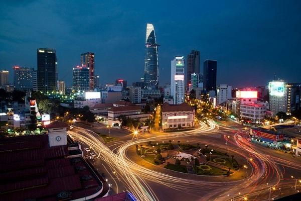 Cảnh tượng buổi tối ở vòng xoay trước chợ Bến Thành, TP HCM. Ảnh: Mathieu Arnaudet - 500px.com.