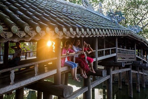 Các cô gái trên cầu ngói Thanh Toàn, Thừa Thiên - Huế. Ảnh: Mathieu Arnaudet - 500px.com.