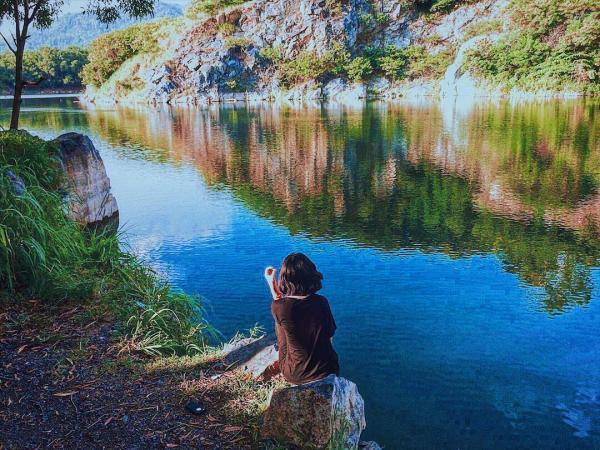 Làn nước xanh trong đẹp tựa dải lụa. (Nguồn: nghothnguyen).