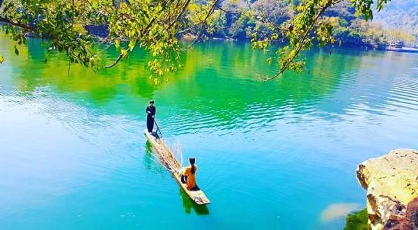 Du khách lênh đênh trên thuyền độc mộc do chính những cô gái Tày trong bộ đồ dân tộc xanh chàm nền nã cầm lái. (Nguồn: chucbui).