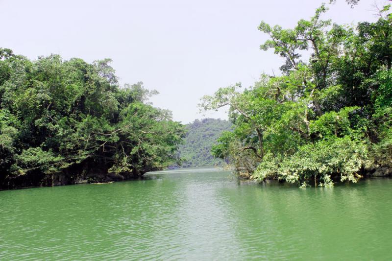 Hồ Ba Bể thuộc xã Nam Mẫu, huyện Ba Bể, tỉnh Bắc Kạn, nằm trong Vườn quốc gia Ba Bể. Nơi đây đã được công nhận là khu du lịch quốc gia Việt Nam.