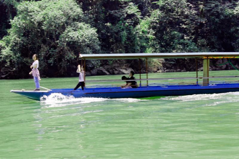 Du khách được thưởng ngoạn phong cảnh huyền bí của vẻ đẹp Hồ Ba Bể.