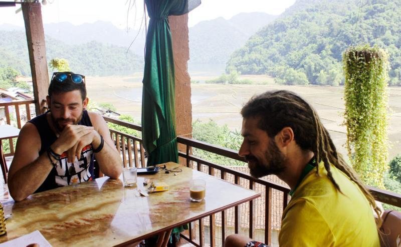 Khách quốc tế đến trải nghiệm và sinh hoạt cộng đồng với người Tày ở Pác Ngòi.