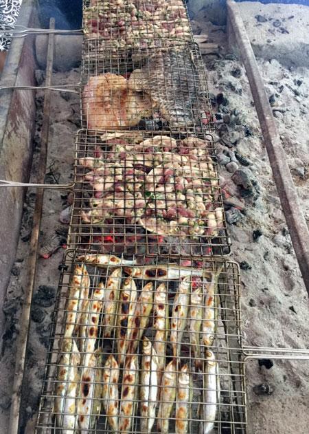 Cá nướng, thịt lợn nướng là đặc sản của người dân Pác Ngòi.