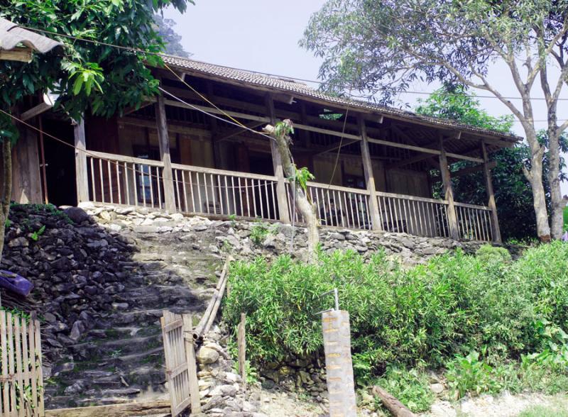 Nhà sàn bên sườn núi, thu hút khách du lịch đến nghỉ dưỡng.