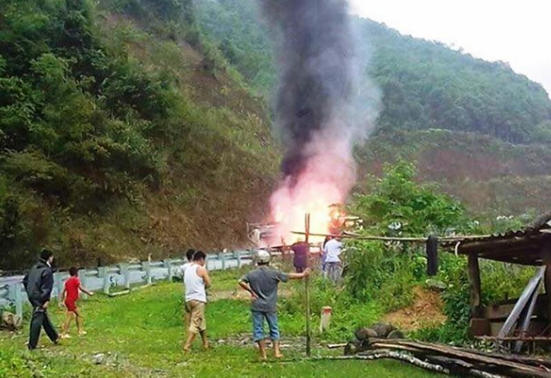Hiện trường đám cháy từ chiếc xe bồn chở xăng trên đèo Áng Tòng