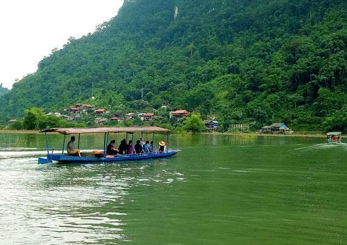 Đoàn khảo sát đi qua Hồ Ba Bể đến thôn Pác Ngòi, xã Nam Mẫu