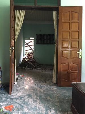 Hộ gia đình ông Trần Bảo Doãn bị đất sạt xuống gây hỏng khu vực bếp