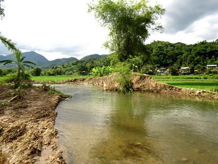 Một đoạn kè bờ suối ở thôn Nà Ít bị xói lở nguy cơ gây ảnh hưởng đến diện tích đất nông nghiệp