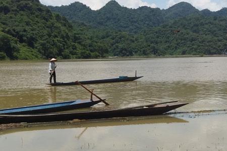 Người dân sử dụng thuyền sắt thiếu an toanđi lại trên sông Năng nhưng không mặc áo phao hay trang bị dụng cụ cứu sinh