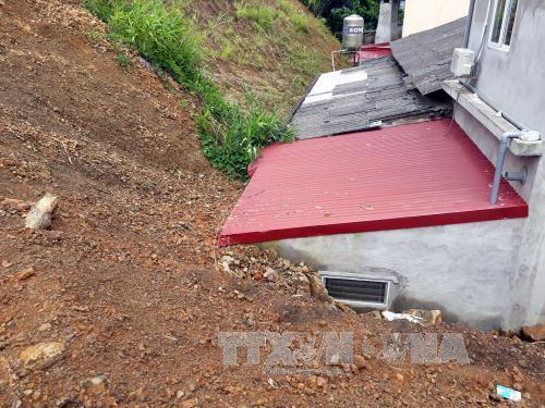 Sạt lở vùi lấp căn bếp phía sau của một số hộ dân ở tổ 8, phường Phùng Chí Kiên, thành phố Bắc Kạn. Ảnh: Bùi Đức Hiếu/TTXVN