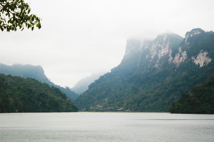 Sau khi qua bản Pác Ngòi, du khách sẽ tới bến thuyền hồ Ba Bể. Từ trên bến, bạn có thể phóng tầm mắt ra xa để thưởng ngoạn khung cảnh sơn thủy hữu tình của hồ. Trời chưa chuyển sang thu nhưng những đám mây sớm vẫn vờn quanh trên núi.