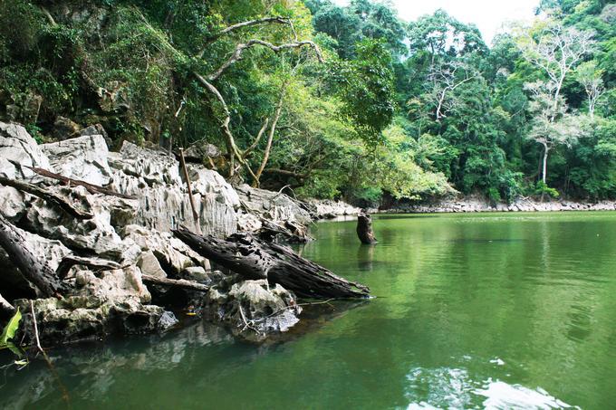 Đi qua một đoạn đường nhỏ, bạn sẽ tới ao Tiên. Đây là một ao nước nhỏ nằm trên đảo với màu nước xanh màu ngọc bích. Người dân vẫn kể rằng, xưa kia đây là nơi các làng tiên ghé tắm sau khi ngao du sơn thủy.
