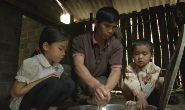 Một mình anh Hội vừa làm việc vừa chăm sóc cho hai đứa con nhỏ