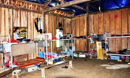 Nhà bán trú của học sinh Trường Tiểu học - THCS Kim Hỷ (Na Rì) còn  nhiều thiếu thốn.