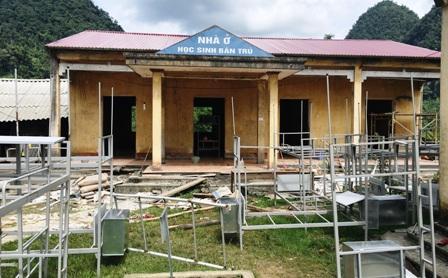 Công tác sửa chữa nhà bán trú cho các em học sinh vẫn đang được thực hiện