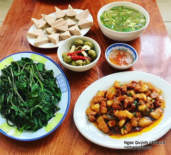 Ngọc Quỳnh thường nấu cơm một lần rồi hâm nóng ăn cả ngày, do đó mâm cơm cũng đầy đặn hơn bình thường.