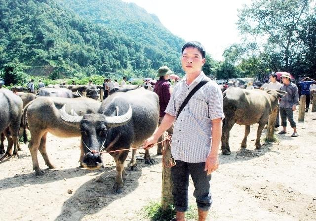 Anh Hoàng Văn Đoàn, ở thôn Khu Chợ, xã Thuần Mang, huyện Ngân Sơn phải nộp bảy triệu đồng cho những người tự xưng là cán bộ đoàn liên ngành của tỉnh.