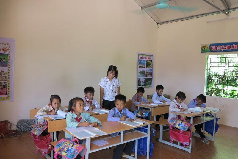 Trường học được xây dựng, đầu tư mới tạo thuận lợi cho việc dạy và học của cô trò điểm trường Khuổi Hao