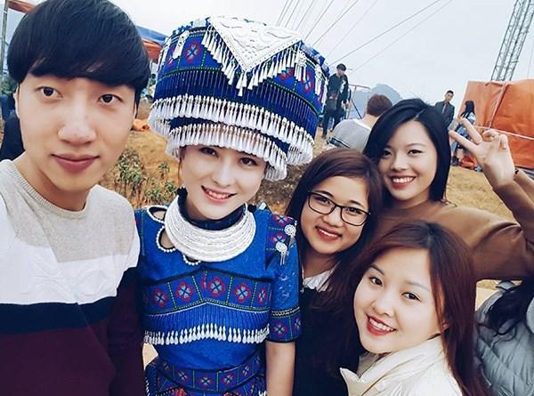 Nhiều bạn trẻ tham gia lễ hội Say Sán dịp Tết vừa rồi cùng nhau khoe ảnh chụp với cô gái H'Mông khiến dân tình xôn xao.