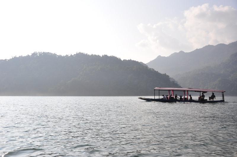 Sương giăng trong lòng hồ. Ảnh: Lam Linh