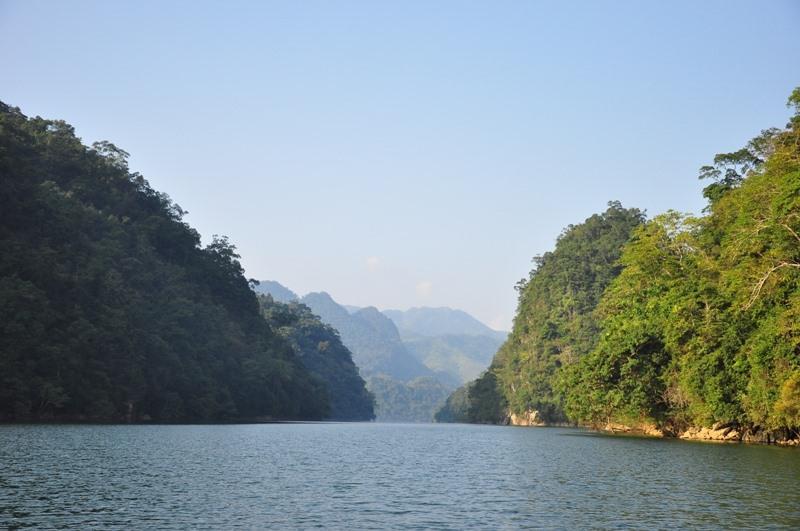 Mặt hồ yên ả soi bóng bầu trời biếc xanh. Ảnh: Lam Linh