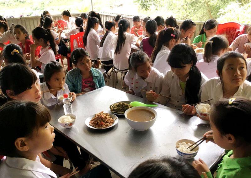 Một giờ ăn trưa của các em học sinh trường PTDT bán trú THCS xã Bằng Thành năm học 2017 - 2018
