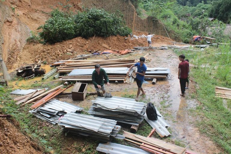 Sạt lở đất đá khiến ngôi nhà 2 gian của anh Hồ Văn Thân sập hoàn toàn
