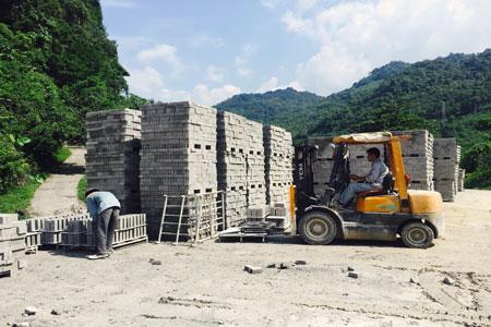 Sản xuất gạch tại Công ty cổ phần Hồng Hà (TP Bắc Kạn)
