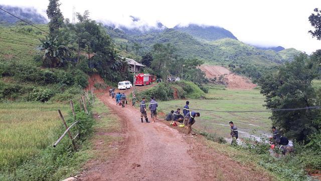 Khu vực xảy ra sạt lở đất được phong tỏa để lực lượng cứu hộ tìm kiếm người bị nạn.