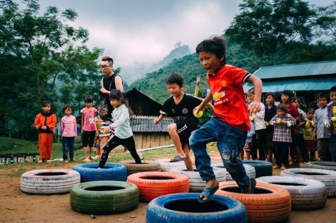 Các em học sinh hào hứng tham gia xây dựng sân chơi tại điểm trường Đán Mẩy (tỉnh Bắc Kạn)