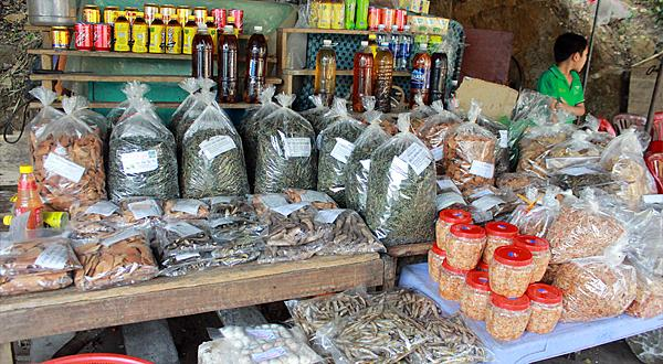 Cá khô và cá nướng được bày bán cùng nhiều đặc sản khác. Ảnh. Đỗ Thảo