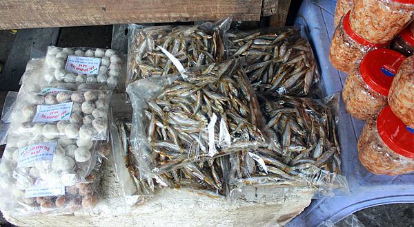Cá khô được đóng gói và bán quanh khu hồ. Ảnh. Đỗ Thảo