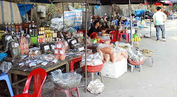 Những sạp bán cá khô, bán đặc sản hồ Ba Bể gần bến thuyền. Ảnh. Đỗ Thảo