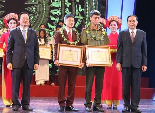 Trương Văn Lên (thứ 2 từ phải sang) nhận bằng khen của Bộ trưởng Bộ GD&ĐT tại Lễ tuyên dương gương người tốt, việc tốt, đổi mới sáng tạo trong dạy và học năm học 2016 - 2017