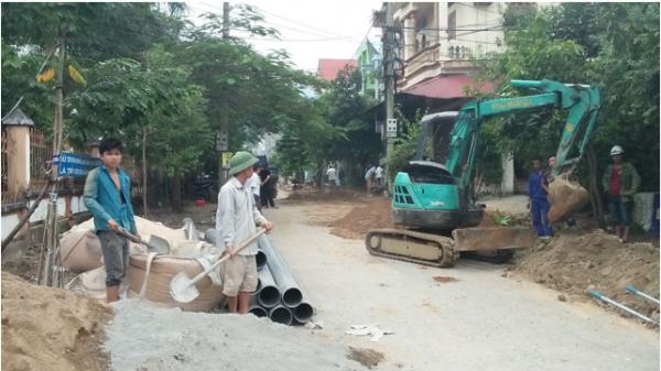 Đơn vị thi công đào mặt đường để lắp đường ống, sau đó hoàn trả mặt bằng một cách qua loa, gây ô nhiễm môi trường.
