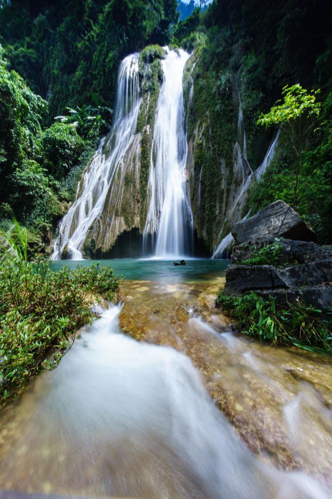 hác Khuổi Nhi- điểm du lịch hấp dẫn trên lòng hồ thuộc Khu bảo tồn thiên nhiên Na Hang.