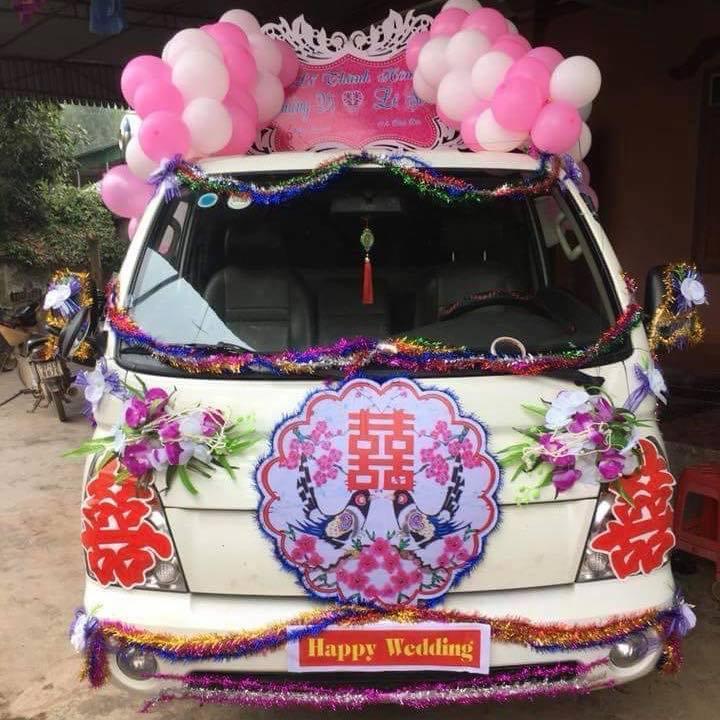 Hình ảnh chiếc xe tải được trang trí để rước dâu.