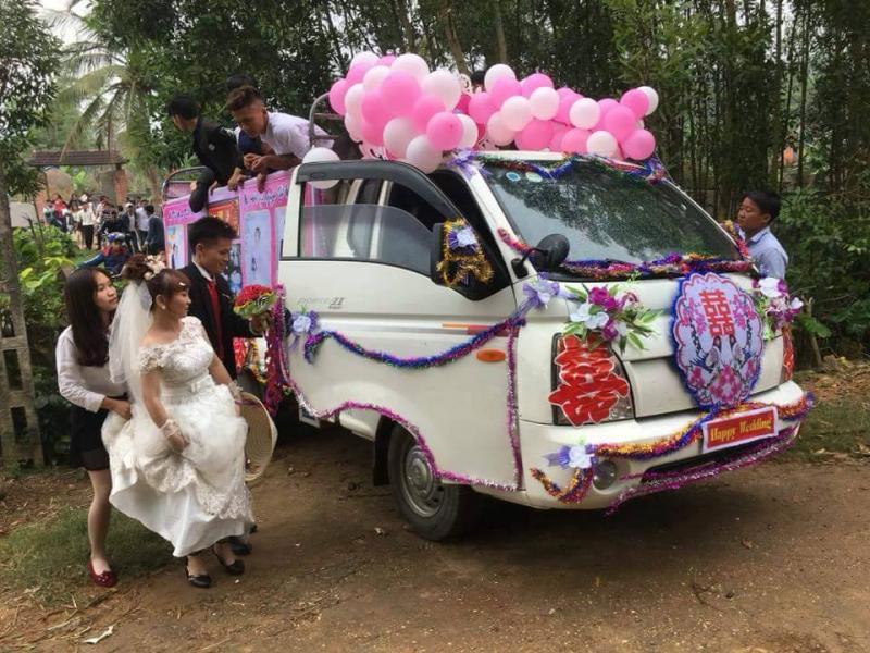 Cô dâu hào hứng bước lên chiếc xe hoa đặc biệt.