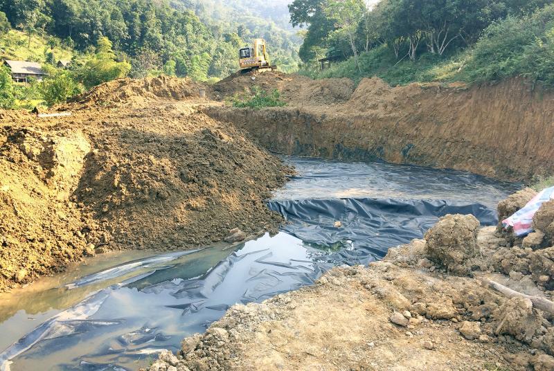 Hố đào đất ô nhiễm đã được lót bạt chống thấm HDPE.