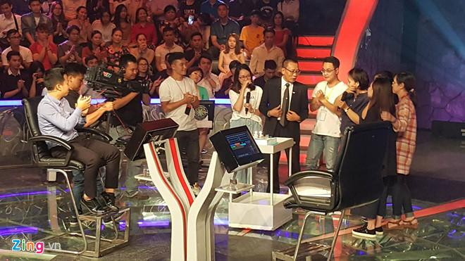 Ê-kíp thực hiện chương trình bất ngờ bước ra sân khấu nói lời chia tay MC Lại Vân Sâm.