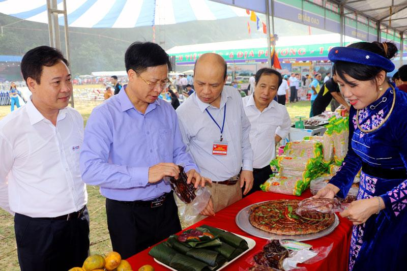 Các gian hàng trưng bày, quảng bá sản phẩm ẩm thực vùng Việt Bắc