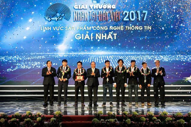 Thủ tướng trao giải cho Nhóm giành giải Nhất lĩnh vực sản phẩm Công nghệ thông tin.