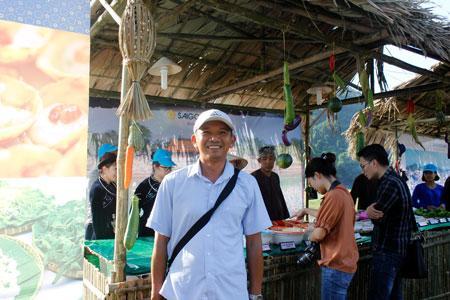 Chị Vũ Kim Ngân đến từ tỉnh Hà Giang (trái).  Anh Trần Tường Huy-phụ trách gian hàng ẩm thực công ty Sài Gòn (phải)