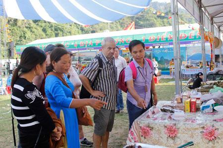 Du khách quốc tế tham quan các gian hàng trưng bày sản phẩm.