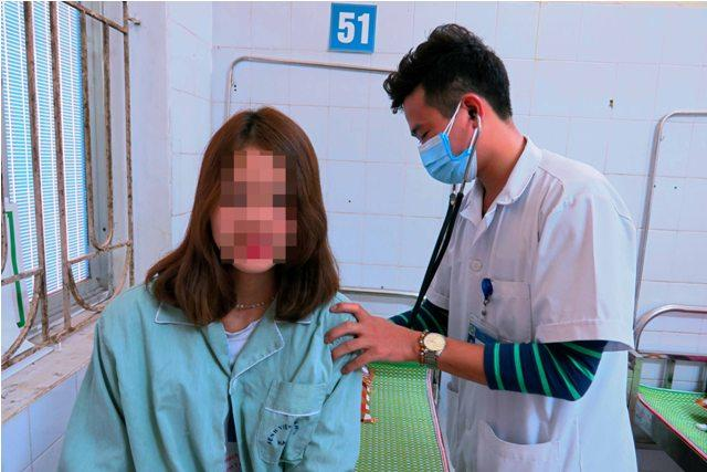 Bệnh nhân Đặng Thị Nh được bác sĩ khoa Hô hấp & Bệnh phổi thăm khám sau 1 ngày khi được gắp dị vật ở phổi.