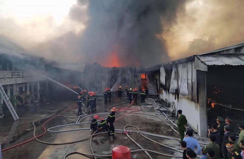 Lực lượng PCCC tiến hành dập lửa.
