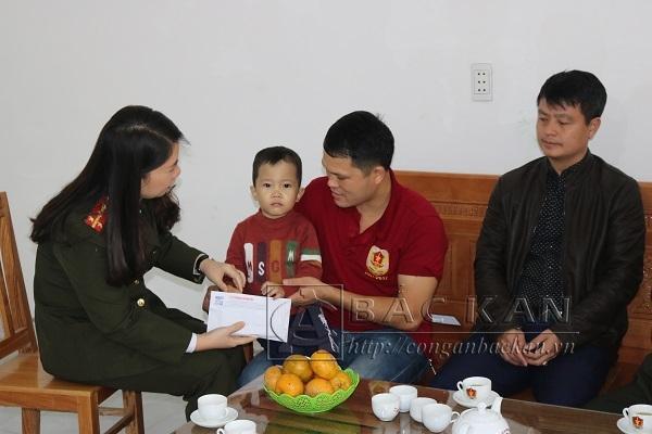 Đại diện Báo CAND trao tiền ủng hộ của bạn đọc cho cháu Hà Quang Nghĩa