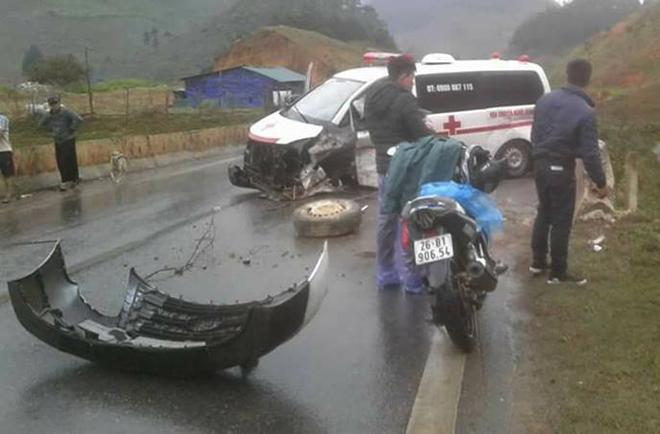 Xe cứu thương bị tai nạn trên đường chở nạn nhân đi cấp cứu. Ảnh: Minh Hải