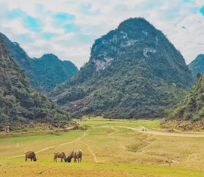 Cảnh vật nơi đây yên bình với một bản làng nhỏ, thung lũng lọt thỏm giữa những ngọn núi bao quanh. Bạn có thể chuẩn bị đồ đạc để cắm trại ở bãi cỏ, tuyệt đối không xả rác hay trêu đùa đàn bò, ngựa của người dân.